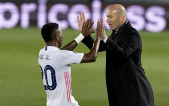 Madrid, Spanien, 06.04.2021: Vinicius Junior (Real Madrid) Torjubel, jubelt nach seinem treffer zum 3:1 mit Trainer Zinedine Zidane (Real Madrid) bei dem Viertelfinalspiel der UEFA Champions League zwischen Real Madrid und FC Liverpool im Santiago Bernabeu am 06. April 2021 in Madrid, Spanien. (Foto von Berengui/DeFodi Images)