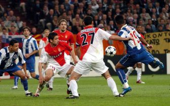epa00199487 Carlos Alberto (R) of FC Porto scores his team's first goal against AS Monaco players Julien Rodriguez (2-R) and Andreas Zikos (2-L) during the Champions League soccer final match at the Arena AufSchalke in Gelsenkirchen, Germany, Wednesday 26 May 2004. At left Porto's Derlei.  EPA/ACHIM SCHEIDEMANN