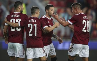 epa09374881 David Moberg-Karlsson (2-R) of Sparta celebrates with teammates after scoring the 1-0 lead from the penalty shot during the UEFA Champions League second qualifying round, second leg soccer match between Sparta Prague and Rapid Vienna in Prague, Czech Republic, 28 July 2021.  EPA/MARTIN DIVISEK