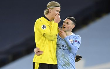 epa09119469 Phil Foden (R) of Manchester City and Erling Haaland of Dortmund chat after the UEFA Champions League quarterfinal, 1st leg soccer match between Manchester City and Borussia Dortmund in Manchester, Britain, 06 April 2021.  EPA/PETER POWELL