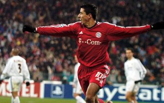 epa00141374 Roy Makaay of FC Bayern Munich celebrates after scoring a goal against Real Madrid during their Champions League quarterfinals 1st leg match on Tuesday, 24 February 2004, in Munich.  EPA/Frank Leonhardt