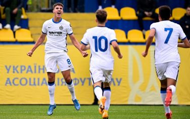 KHARKOV, UKRAINE - SEPTEMBER 28: Cesare Casadei of FC Internazionale celebrates with teammates after scoring his team's first goal during the UEFA Youth League match between Shakhtar Donetsk U19 and Inter U19 at Stadion NTK im. B. M. Bannikova on September 28, 2021 in Kharkov, Ukraine. (Photo by Mattia Ozbot - Inter/Inter via Getty Images)