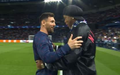 Incontro tra leggende, abbraccio Messi-Ronaldinho