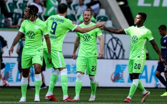 epa09413647 Wolfburg's Wout Weghorst (2nd-R) celebrates with his teammates after scoring the opening goal during the German Bundesliga soccer match between VfL Wolfsburg and VfL Bochum in Wolfsburg, Germany, 14 August 2021.  EPA/FILIP SINGER CONDITIONS - ATTENTION: The DFL regulations prohibit any use of photographs as image sequences and/or quasi-video.