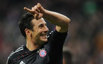 epa03462313 Munich's Claudio Pizarro celebrates his second goal during the Champions League Group F soccer match between FC Bayern Munich and OSC Lille at Allianz Arena in Munich, Germany, 07 November 2012.  EPA/ANDREAS GEBERT