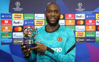 LONDON, ENGLAND - SEPTEMBER 14: Romelu Lukaku of Chelsea poses for a photo with his Playstation Player of the Match Award following the UEFA Champions League group H match between Chelsea FC and Zenit St. Petersburg at Stamford Bridge on September 14, 2021 in London, England. (Photo by Steve Bardens - UEFA/UEFA via Getty Images)