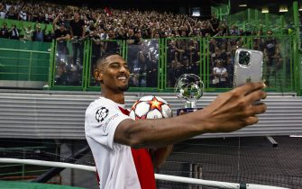 LISBON - Sebastien Haller of Ajax celebrates victory with the Ajax supporters during the UEFA Champions League match between Sporting CP and Ajax Amsterdam at Estadio Jose Alvalade on September 15, 2021 in Lisbon, Portugal. ANP MAURICE VAN STEEN (Photo by ANP Sport via Getty Images)