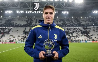 TURIN, ITALY - SEPTEMBER 29: Federico Chiesa of Juventus  receive MVP trophy after the UEFA Champions League group H match between Juventus and Chelsea FC at Allianz Stadium on September 29, 2021 in Turin, Italy. (Photo by Daniele Badolato - Juventus FC/Juventus FC via Getty Images)