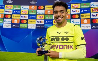DORTMUND, GERMANY - SEPTEMBER 28: Donyell Malen of Borussia Dortmund with his Man Of The Match trophy after the final whistle during the Champions League Group C match between Borussia Dortmund and Sporting Lissabon at the Signal Iduna Park on September 28, 2021 in Dortmund, Germany.  (Photo by Alexandre Simoes/Borussia Dortmund/Getty Images)