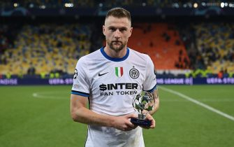KIEV, UKRAINE - SEPTEMBER 28: Milan Skriniar of FC Internazionale receives the award as player of the match at the end of the UEFA Champions League group D match between Shakhtar Donetsk and Inter at Metalist Stadium on September 28, 2021 in Kiev, Ukraine. (Photo by Mattia Ozbot - Inter/Inter via Getty Images)