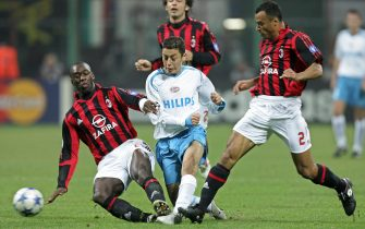 Milan, ITALY:  AC Milan's midfielder Clarence Seedorf (L), Andrea Pirlo (back) and defender Cafu (R) fight for the ball with PSV Eindhoven's midfielder Ismail Aissati during their first leg group E Champions Leagur football match at San Siro stadium in Milan, 19 October 2005.            AFP PHOTO / PACO SERINELLI  (Photo credit should read PACO SERINELLI/AFP via Getty Images)
