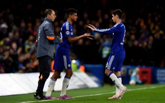 LONDON, ENGLAND - OCTOBER 21:  Dominic Solanke of Chelsea (L) comes on as a second half substitute for Oscar of Chelsea during the UEFA Champions League Group G match between Chelsea FC and NK Maribor at Stamford Bridge on October 21, 2014 in London, United Kingdom.  (Photo by Shaun Botterill/Getty Images)