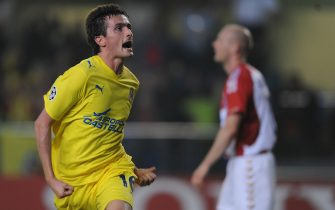 Villarreal's Joseba Llorente celebrates scoring against Aalborg during their group E Champions League football match at the Madrigal Stadium in Villarreal on October 21, 2008.  AFP PHOTO/DIEGO TUSON (Photo credit should read DIEGO TUSON/AFP via Getty Images)
