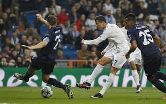 epa05060546 Real Madrid's Portuguese striker Cristiano Ronaldo scores the 6-0 goal during the UEFA Champions League soccer match between Real Madrid and Malmoe FF held at Santiago Bernabeu stadium in Madrid, Spain, 08 December 2015.  EPA/KIKO HUESCA