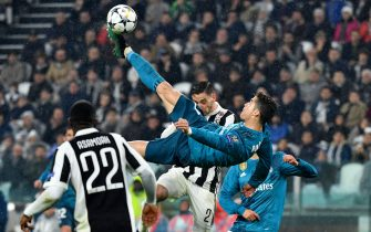 TOPSHOT - Real Madrid's Portuguese forward Cristiano Ronaldo (C) overhead kicks and scores during the UEFA Champions League quarter-final first leg football match between Juventus and Real Madrid at the Allianz Stadium in Turin on April 3, 2018. (Photo by Alberto PIZZOLI / AFP)        (Photo credit should read ALBERTO PIZZOLI/AFP/Getty Images)
