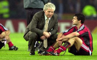 GLG39 - 20020515, GLASGOW, UNITED KINGDOM: Bayer Leverkusen's coach Klaus Toppmoeller talks with player Michael Ballack after the lost against Real Madrid in the Champions League final at Hampden Park stadium in Glasgow, 15 May 2002.  EPA PHOTO - DPA  BERND WEISSBROD