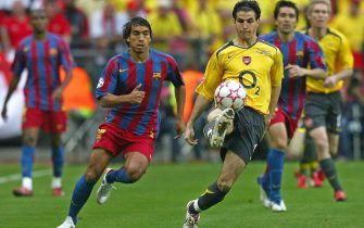 epa02240922 (FILE) A file picture dated 17 May 2006 shows FC Barcelona's Dutch Giovanni van Bronckhorst (L) struggling for the ball with Arsenal FC's Cesc Fabregas (R) of Spain during their UEFA Champions League soccer final at the Stade de France in St. Denis near Paris, France. Barcelona won 2-1. The Netherlands will face Spain in the FIFA 2010 World Cup final on 11 July 2010 at the Soccer City stadium in Johannesburg, South Africa.  EPA/OLIVER WEIKEN