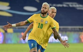 Neymar do Brasil comemora o seu gol com Richarlison, durante a partida entre Brasil e Peru, pela 2ª rodada do Grupo B da Copa América 2021 no Estádio Nilton Santos nesta quinta-feira 17. / PRESSINPHOTO