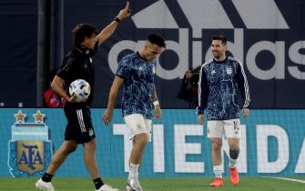 epa08816905 Argentina's Lionel Messi and Lautaro Martinez (C) warm up before the match against Paraguay amid the third day of the South American qualifiers for the Qatar 2022 World Cup, in Buenos Aires, Argentina, 12 November 2020.  EPA/Juan Ignacio Roncoroni / POOL