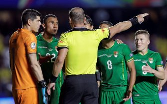 epa07649311 Carlos Lampe (L) and Adrian Jusino (2-R) of Bolivia claim Argentinian referee Nestor Pitana (C) after sanctioning a penalty during the Copa America 2019 Group A soccer match between Brazil and Bolivia, at Morumbi Stadium in Sao Paulo, Brazil, 14 June 2019.  EPA/Fernando Bizerra