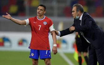 epa09246489 Alexis Sanchez (L) of Chile speaks with his coach Martin Lasarte (R) during the South American Qatar 2022 World Cup qualifier soccer match between Chile and Argentina in Santiago del Estero, Argentina, 03 June 2021.  EPA/Juan Mabromata / POOL