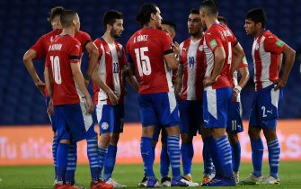 BUENOS AIRES, ARGENTINA - NOVEMBER 12: Gustavo Gómez of Paraguay talks with his teammates at the end of the first half during a match between Argentina and Paraguay as part of South American Qualifiers for Qatar 2022 at Estadio Alberto J. Armando on November 12, 2020 in Buenos Aires, Argentina. (Photo by Marcelo Endelli/Getty Images)