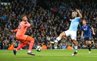 MANCHESTER, ENGLAND - OCTOBER 22: Sergio Aguero of Manchester City scores his team's first goal during the UEFA Champions League group C match between Manchester City and Atalanta at Etihad Stadium on October 22, 2019 in Manchester, United Kingdom. (Photo by Jan Kruger/Getty Images)