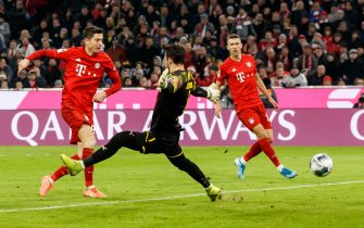 MUNICH, GERMANY - NOVEMBER 09: Robert Lewandowski of FC Bayern Muenchen scores his team's third goal during the Bundesliga match between FC Bayern Muenchen and Borussia Dortmund at Allianz Arena on November 9, 2019 in Munich, Germany. (Photo by TF-Images/Getty Images)