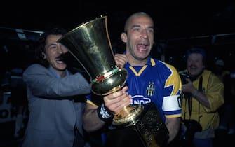 ***** Collection Juventus *****Foto Archivio storico/LaPresse11/06/1995 Parma, ItaliasportcalcioParma vs Juventus - Ritorno finale Coppa Italia 1994/1995Nella foto: Gianluca Vialli festeggia con la coppa