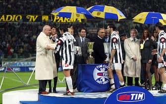 ***** Collection Juventus *****©FALZONE/LAPRESSE10-05-2002 PARMASPORT CALCIOFINALE COPPA ITALIA PARMA JUVENTUSNELLA FOTO : GALLIANI PREMIA LA JUVENTUS PER IL SECONDO POSTO