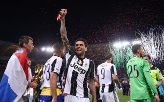 TOPSHOT - Juventus Defender from Brazil Dani Alves (C) celebrates with Juventus' forward from Croatia Mario Mandzukic (L) after winning the Italian Tim Cup final on May 17, 2017 at the Olympic stadium in Rome. Dani Alves and Leonardo Bonucci struck one apiece as treble-chasing Juventus secured a third successive Italian Cup with a 2-0 victory over Lazio at the Stadio Olimpico today.