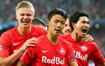 SALZBURG, AUSTRIA - SEPTEMBER 17: Hee Chan Hwang of Salzburg celebrates with his teammates Erling Haaland of Salzburg (L) and Takumi Minamino of Salzburg (R) after scoring during the UEFA Champions League match between RB Salzburg and KRC Genk at Red Bull Arena on September 17, 2019 in Salzburg, Austria. (Photo by David Geieregger/SEPA.Media /Getty Images)