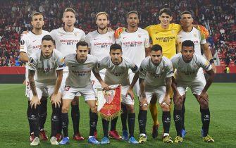 SEVILLE, SPAIN - FEBRUARY 27: Players of Sevilla FC line up for a team photo prior to the UEFA Europa League round of 32 second leg match between Sevilla FC and CFR Cluj at Estadio Ramon Sanchez Pizjuan on February 27, 2020 in Seville, Spain. (Photo by Silvestre Szpylma/Quality Sport Images/Getty Images)