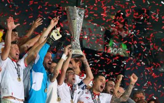 BASEL, SWITZERLAND - MAY 18:  Jose Antonio Reyes of Sevilla and Sevilla celebrate with the trophy after the UEFA Europa League Final match between Liverpool and Sevilla at St. Jakob-Park on May 18, 2016 in Basel, Switzerland. (Photo by Catherine Ivill - AMA/Getty Images)
