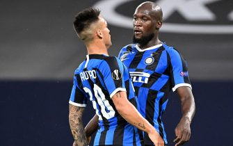 epa08586192 Inter's Romelu Lukaku (R) celebrates with Lautaro Martinez (L) after scoring the 1-0 lead during the UEFA Europa League Round of 16 match between Inter Milan and Getafe at the stadium in Gelsenkirchen, Germany, 05 August 2020.  EPA/Ina Fassbender / POOL