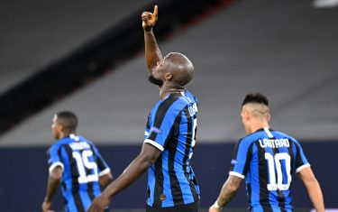 Inter Milan's BelgIna forward Romelu Lukaku (C) celebrates scoring the opening goal with his teammates during the UEFA Europa League round of 16 football match Inter Milan v Getafe on August 5, 2020 in Gelsenkirchen, western Germany. (Photo by Ina Fassbender / various sources / AFP) (Photo by INA FASSBENDER/POOL/AFP via Getty Images)