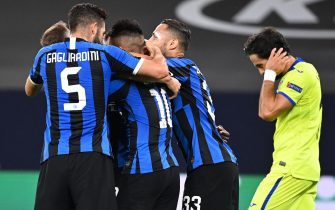 epa08586209 Inter's Romelu Lukaku celebrates with teammates after scoring for a 1-0 lead during the UEFA Europa League Round of 16 match between Inter Milan and Getafe at the stadium in Gelsenkirchen, Germany, 05 August 2020.  EPA/Ina Fassbender / POOL