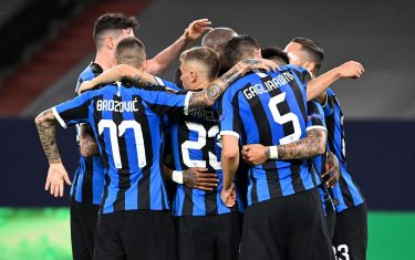 epa08586187 Inter players celebrate after Inter's Romelu Lukaku scored the 1-0 lead during the UEFA Europa League Round of 16 match between Inter Milan and Getafe at the stadium in Gelsenkirchen, Germany, 05 August 2020.  EPA/Ina Fassbender / POOL