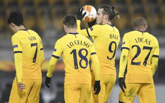 epa08860134 Tottenham's Gareth Bale (2-R) celebrates with his team mates after scoring the equalizer from the penalty spot during the UEFA Europa League group J match between LASK and Tottenham Hotspur in Linz, Austria, 03 December 2020.  EPA/CHRISTIAN BRUNA