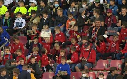 Buu razzisti a Kamara nello stadio con i bambini
