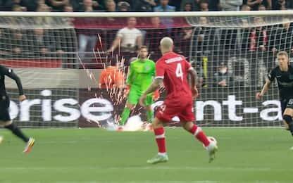 Anversa-Eintracht, Trapp sfiorato da un petardo