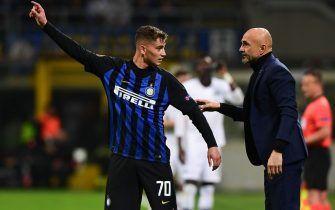 Inter Milan's head coach Luciano Spalletti (r) gives instructions to Inter Milan's Italian forward Sebastiano Esposito during the UEFA Europa League round of 16 second leg football match Inter Milan vs Eintracht Frankfurt on March 14, 2019 at the San Siro stadium in Milan. (Photo by Miguel MEDINA / AFP)        (Photo credit should read MIGUEL MEDINA/AFP via Getty Images)
