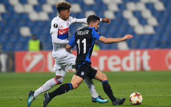 REGGIO NELL'EMILIA, ITALY - DECEMBER 07: Willem Geubbels of Olympique Lyon competes for the ball whit Remo Freuler of Atalanta during the UEFA Europa League group E match between Atalanta and Olympique Lyon at Mapei Stadium - Citta' del Tricolore on December 7, 2017 in Reggio nell'Emilia, Italy.  (Photo by Alessandro Sabattini/Getty Images)