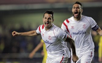epa04659701 Sevilla's Vitolo (L) celebrates with his team-mate Vicente Iborra (R) after scoring the 0-1 during their UEFA Europa League round of 16 first leg soccer match at El Madrigal stadium in Villarreal, Spain, 12 March 2015.  EPA/MANUEL BRUQUE