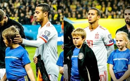 Thiago offre la tuta al bambino infreddolito