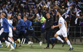 HELSINKI, FINLAND - NOVEMBER 15: Markku Kanerva the head coach / manager of Finland and his players celebrate at full time after confirming qualification for Euro 2020 at the UEFA Euro 2020 Qualifier between Finland and Liechtenstein on November 15, 2019 in Helsinki, Finland. (Photo by James Williamson - AMA/Getty Images)