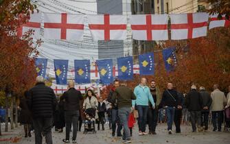 epa08001641 Pedestrians walk by English and Kosovo flags  one day ahead the UEFA EURO 2020 group A qualifying soccer match between Kosovo and England, in Pristina, Kosovo, 16 November 2019.  EPA/VALDRIN XHEMAJ