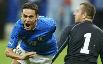 Italy's striker Filippo Inzaghi (L) celebrates after scoring against Wales his second goal as Wales goalkeeper Paul Stephen Jones looks on during their Euro 2004 group 9 qualifying match at San Siro's stadium in Milan 06 September 2003.   AFP PHOTO PAOLO COCCO  (Photo credit should read PAOLO COCCO/AFP via Getty Images)