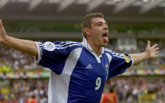 BRG09-20000621-BRUGES, BELGIUM:Yugoslav forward Savo Milosevic shows his tongue as jubilates after scoring for his team against Spain during the Euro 2000 group C soccer match between Yugoslavia and Spain in Bruges, Wednesday 21 June 2000. (ELECTRONIC IMAGE) EPA PHOTO /MICHELE LIMINA