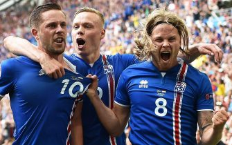 epa05375599 Gylfi Sigurdsson (L) of Iceland celebrates with his teammates Kolbeinn Sigthorsson (C) and Birkir Bjarnason (R) after scoring the 1-0 lead from the penalty spot during the UEFA EURO 2016 group F preliminary round match between Iceland and Hungary at Stade Velodrome in Marseille, France, 18 June 2016.